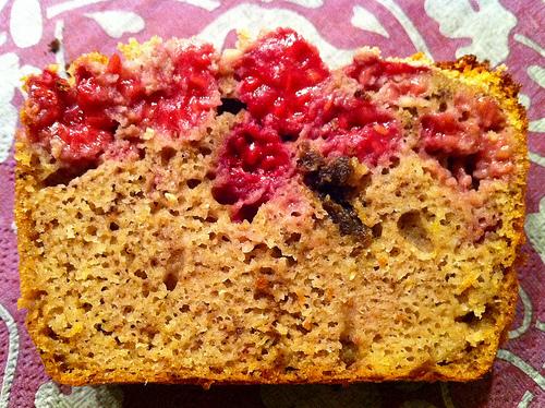 Part de cake amandes-framboises