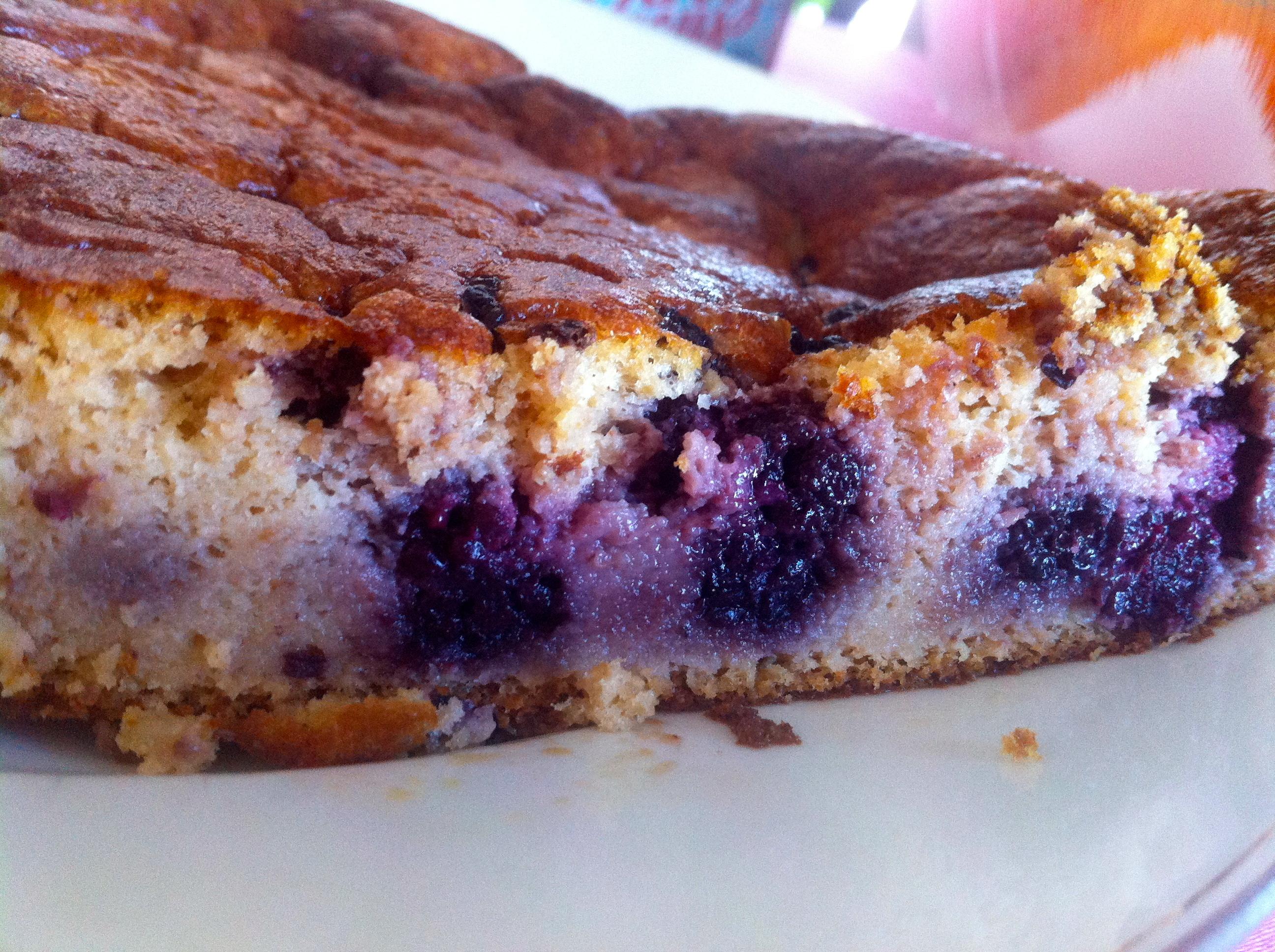 Gâteau sans gluten à la compote de pommes et aux mûres